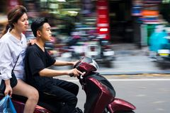 HANOÏ, VIETNAM - 22 MAI 2017 : Équitation vietnamienne de couples sur un mot photographie stock libre de droits