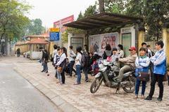 Hanoï, Vietnam - 15 mars 2015 : Autobus de attente de personnes à l'arrêt d'autobus sur la rue de Chua Boc, Hanoï Photo libre de droits