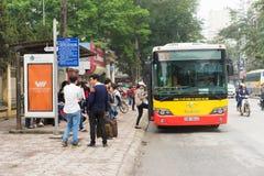 Hanoï, Vietnam - 15 mars 2015 : Autobus de attente de personnes à l'arrêt d'autobus sur la rue de Chua Boc, Hanoï Image stock