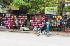 Hanoï, Vietnam - 15 mars 2015 : Beaucoup colorent des casques de moto en vente sur la rue de Chua Boc Le casque de qualité inféri Photos libres de droits