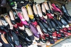 Hanoï, Vietnam - 15 mars 2015 : Divers type de chaussures de femme à vendre sur un magasin à Hanoï Photographie stock libre de droits