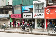 Hanoï, Vietnam - 15 mars 2015 : La vue de face extérieure de la petite mode fait des emplettes sur la rue de Chua Boc Images stock