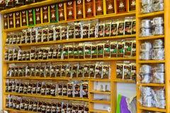 Hanoï, Vietnam - 15 mars 2015 : Sacs de café à vendre sur l'étagère dans un magasin sur la rue de Dinh Tien Hoang Image libre de droits