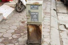 Hanoï, Vietnam - 15 mars 2015 : Vieux coffret électrique endommagé sur la rue de Tay Son Image libre de droits
