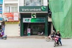 Hanoï, Vietnam - 15 mars 2015 : Vue de face extérieure de bureau de Vietcombank sur la rue de Tay Son Vietcombank est la plus gra Images libres de droits