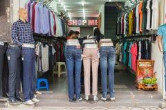 Hanoï, Vietnam - 15 mars 2015 : Vue de face extérieure de petite boutique de mode sur la rue de Chua Boc Images stock