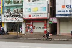 Hanoï, Vietnam - 15 mars 2015 : Vue de face extérieure de Seabank dans la rue de Xa Dan Fondé en 1994, le message publicitaire Jo Photos libres de droits