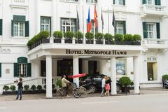 Hanoï, Vietnam - 15 mars 2015 : Vue de face externe de la légende de Sofitel d'hôtel Metropole Hanoï avec le fonctionnement cyclo Photo libre de droits