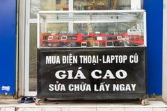 Hanoï, Vietnam - 15 mars 2015 : Vue de face de la réparation et entretien de magasin de périphériques mobiles sur la rue de Hanoï Photographie stock