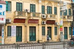 Hanoï, Vietnam - 15 mars 2015 : Vue extérieure de façade du bâtiment administratif de govement public du secteur de Dong Da en Ng Images stock