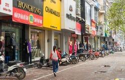 Hanoï, Vietnam - 15 mars 2015 : Vue extérieure de petite boutique de mode sur la rue de Chua Boc Il y a beaucoup de vêtements de  Photographie stock libre de droits