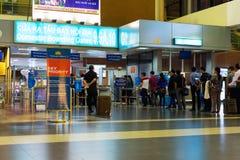 Hanoï, Vietnam - 27 novembre 2014 : Passagers dans la ligne à la porte d'embarquement domestique en aéroport de Noi Bai Photos libres de droits