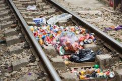 Hanoï, Vietnam - 8 novembre 2015 : Pile des déchets étant jetés sur le chemin de fer dans la capitale de Hanoï Image stock