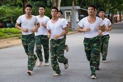 HANOÏ, VIETNAM - VERS EN AOÛT 2015 : Les soldats vietnamiens courent dans la formation en dehors de leur base Images stock