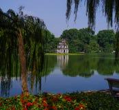 Hanoi有花的湖塔 免版税库存照片