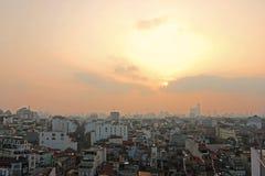 Hanoi-Dachspitzenstadtskylinefrühlings-Sonnenexplosion stockfotos