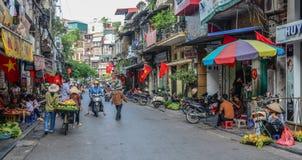 Hanoi gatamarknad arkivfoto