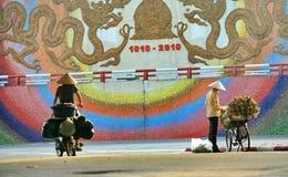 Hanoi gatuförsäljare arkivbild