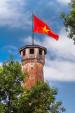 Hanoi punkty zwrotni: Hanoi flaga wierza z Wietnamską czerwoną flaga na wierzchołku zdjęcia royalty free
