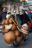 Hanoi, vendiendo los sombreros en una bicicleta imagen de archivo libre de regalías