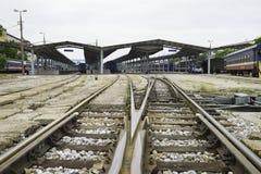 Hanoi, Vietnam - 30 agosto 2015: Ampia vista della stazione di Hanoi con le rotaie Le ferrovie del Vietnam è l'operatore di stato Immagini Stock Libere da Diritti