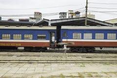 Hanoi, Vietnam - 30 agosto 2015: Carrozza ferroviaria ferroviaria alla stazione di Hanoi con il legno di trasporto della donna an Immagini Stock