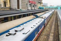 Hanoi, Vietnam - 30 agosto 2015: Carrozze ferroviarie ferroviarie alla stazione di Hanoi Le ferrovie del Vietnam è l'operatore di Immagine Stock Libera da Diritti