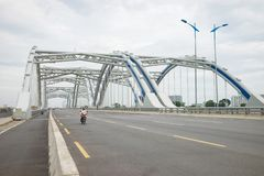 Hanoi, Vietnam - 30 agosto 2015: Il ponte dell'arco di Dong Tru, fatto dei tubi d'acciaio riempiti di cemento, è stato aperto per Fotografia Stock