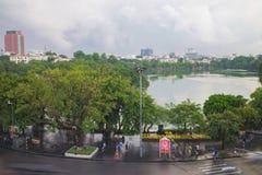 Hanoi, Vietnam - 28 agosto 2015: Lago Hoan Kiem, il centro di Hanoi Immagini Stock