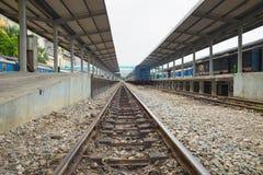Hanoi, Vietnam - 30 agosto 2015: Stazione di Hanoi con le rotaie Le ferrovie del Vietnam è il responsabile di stato del sistema f Immagini Stock