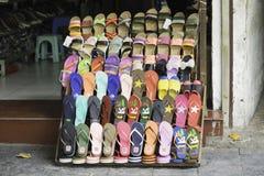 Hanoi, Vietnam - 28 agosto 2015: Vario tipo di sandalo da vendere su un deposito in via di Hanoi Immagini Stock Libere da Diritti