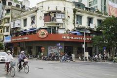 Hanoi, Vietnam - 30 agosto 2015: Vista esteriore anteriore del caffè degli altopiani sulla via di Le Duan, con i veicoli che tras Immagini Stock Libere da Diritti