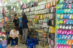 Hanoi, Vietnam - 5 April, 2015: De opslag van het Cellphonegeval in Hang Can-straat, Hanoi Royalty-vrije Stock Afbeelding