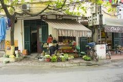 Hanoi, Vietnam - April 13, 2014: Kleine ruwe voedselopslag bij een hoek van de straat van Hanoi, Vietnam stock afbeeldingen