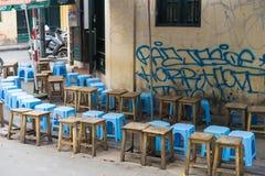 Hanoi, Vietnam - 5 April, 2015: Lijnen van zetels die op mensen in een box van de koffiestraat in de straat van Luong wachten Ngo Royalty-vrije Stock Fotografie