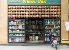 Hanoi, Vietnam - 5 April, 2015: Voor buitenmening van Art Shop in Hang Can-straat Royalty-vrije Stock Foto's