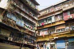 Hanoi, Vietnam - 24 aprile 2016: Vecchio appartamento sudicio di cattivo stato in via di Chua Boc, Hanoi Fotografie Stock Libere da Diritti