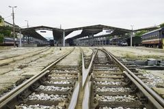 Hanoi Vietnam - Augusti 30, 2015: Bred sikt av den Hanoi stationen med stänger Vietnam järnvägar är denägde operatören av järnväg Royaltyfria Bilder