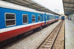 Hanoi Vietnam - Augusti 30, 2015: Järnväg passagerarebilar på den Hanoi stationen Vietnam järnvägar är denägde operatören av rail Arkivbild