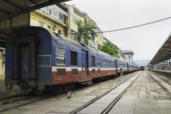 Hanoi Vietnam - Augusti 30, 2015: Järnväg passagerarebilar på den Hanoi stationen Vietnam järnvägar är denägde operatören av rail Arkivbilder
