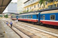 Hanoi Vietnam - Augusti 30, 2015: Järnväg passagerarebilar på den Hanoi stationen Vietnam järnvägar är denägde operatören av rail Fotografering för Bildbyråer