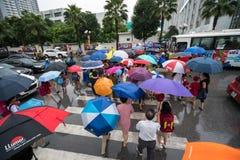 Hanoi, Vietnam - 24 Augustus, 2017: Bezige straat met overvolle mensen die paraplu in regenachtige ochtend op een straat in Tijde Stock Afbeelding