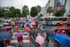 Hanoi, Vietnam - 24 Augustus, 2017: Bezige straat met overvolle mensen die paraplu in regenachtige ochtend op een straat in Tijde Stock Afbeeldingen