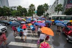 Hanoi, Vietnam - 24 Augustus, 2017: Bezige straat met overvolle mensen die paraplu in regenachtige ochtend op een straat in Tijde Royalty-vrije Stock Afbeelding