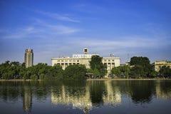Hanoi, Vietnam - 23 Augustus, 2015: Brede mening van het meer van Hoan Kiem met het hoofdpostkantoor van Hanoi, in centrum van Ha Stock Afbeeldingen