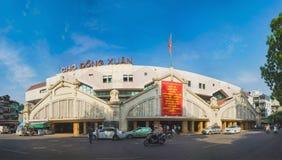 Hanoi, Vietnam - 23 Augustus, 2015: Buiten vooraanzicht van Dong Xuan-markt, de grootste markthal van Hanoi waar in het groot RT Stock Afbeeldingen
