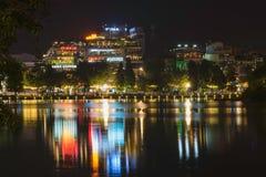 Hanoi, Vietnam - 29 Augustus, 2015: De bouwbezinning over water bij het meer van Hoan Kiem of Zwaardmeer of Ho Guom, het centrum  Stock Afbeeldingen