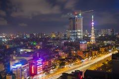 Hanoi, Vietnam - 5 Augustus, 2015: Luchtmening van Nguyen Chi Thanh-straat, het district van Cau Giay bij nacht Concept het ontwi Stock Foto
