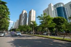 Hanoi, Vietnam - 22 Augustus, 2017: Weg en gebouwen bij de stad van Hanoi Hoang Dao Thuy-straat Stock Afbeeldingen