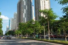 Hanoi, Vietnam - 22 Augustus, 2017: Weg en gebouwen bij de stad van Hanoi Hoang Dao Thuy-straat Royalty-vrije Stock Afbeelding